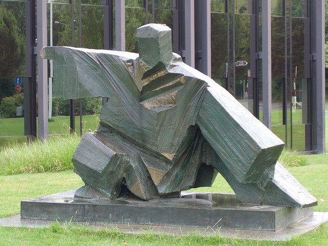 Tai Chi Skulptur vor dem Gelände des olympischen Kommitees in Lausanne     here at the premiere Fredericksburg martial arts school at http://www.shaolinkungfucenter.com