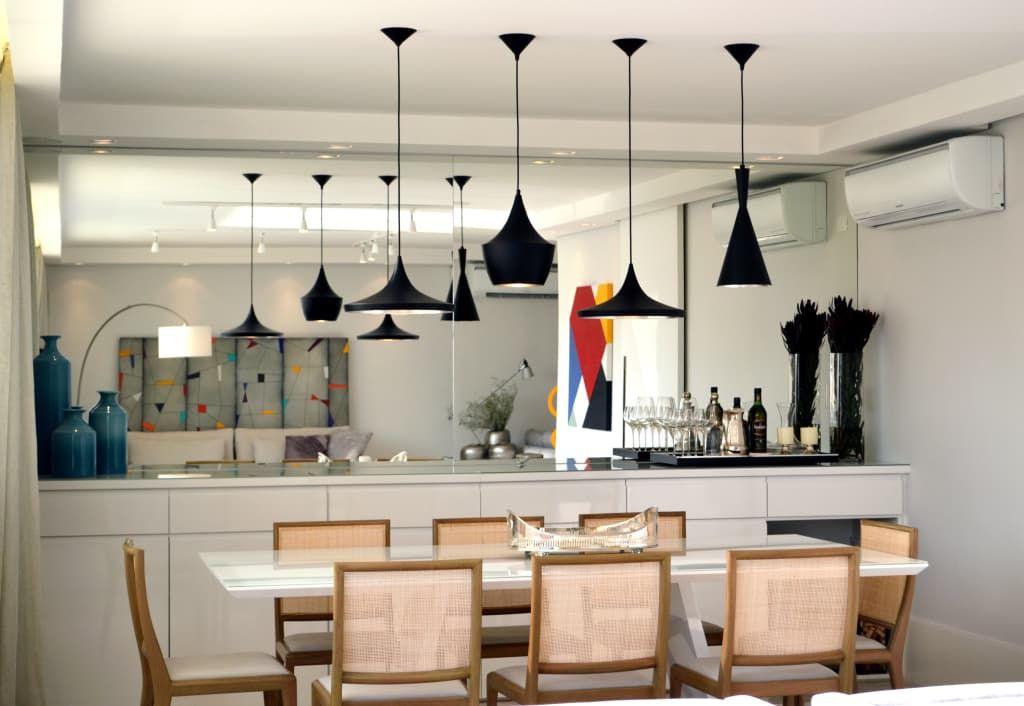 Navegue por fotos de Salas de jantar modernas: Apartamento para um jovem casal em tons de cinza. Veja fotos com as melhores ideias e inspirações para criar uma casa perfeita.