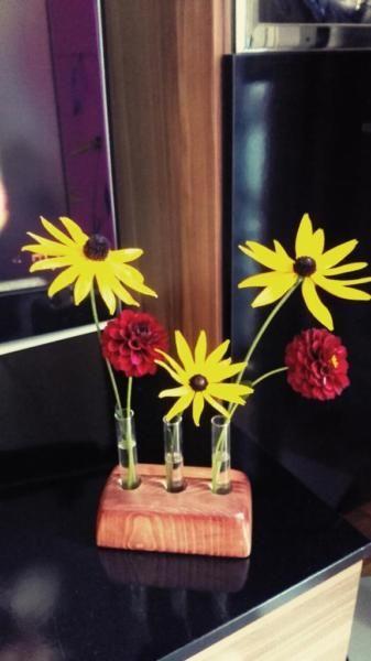 Blumenvase, Holzvase Tischdekoration Wohnzimmer- Küche- Flurdekoration.Vase aus Holz mit 3 BlüteneinsätzenMaßen HolzblockH 45 mm L 130 mm B 60 mm mit Gläser H 110 mmVerkauf ohne BlumenSelbstabholung in Wuppertal - Vohwinkel ,oder Versand   6 EURBei Fragen schreiben Sie uns an.