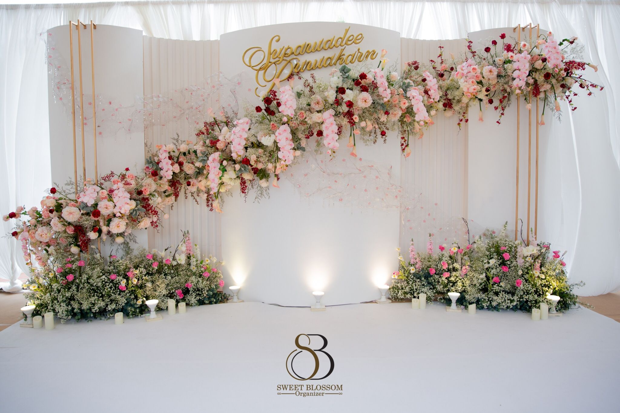 จัดงานแต่งงาน ธีมขาว ดอกไม้โทนสีแดง Wedding Celemony White