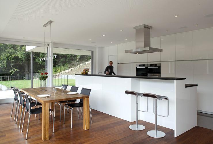 Design Fertighaus Kuche Im Offenen Wohnbereich Bild 4 Fertighauser Fliesen Kuche Fliesen Wohnzimmer