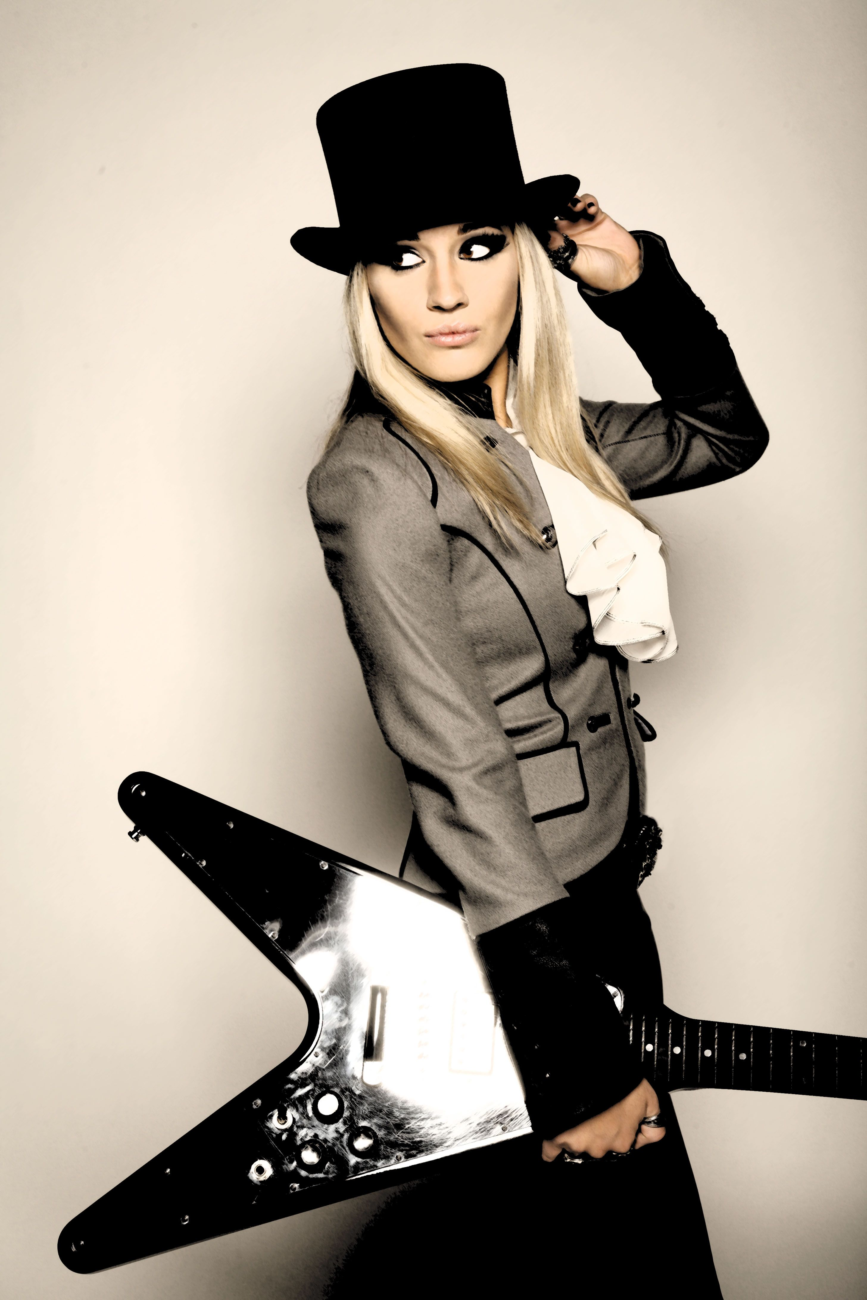 interview with laura wilde interviews of women in music guitar girl female guitarist. Black Bedroom Furniture Sets. Home Design Ideas