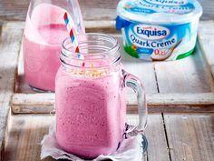 Beeriger Smoothie mit Exquisa QuarkCreme macht lange satt und beugt zudem lästigen Heißhungerattacken vor.