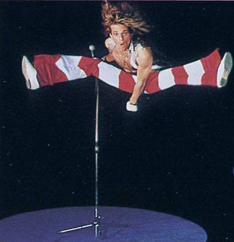 David Lee Roth Broke His Foot Shooting This Photo For Van Halen II Album (con imágenes) | Grupos de rock, Amor a la musica, Musica