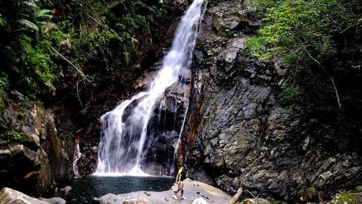 Rivière trekking dans Okinawa