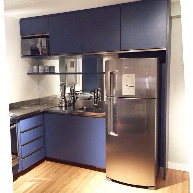 Cozinha azul pequena e charmosa