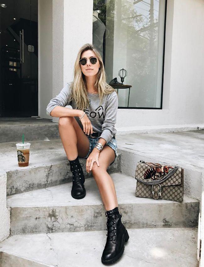 Nati Vozza do Blog de Moda Glam4You usa look casual com malha de tricot, short jeans e coturno!