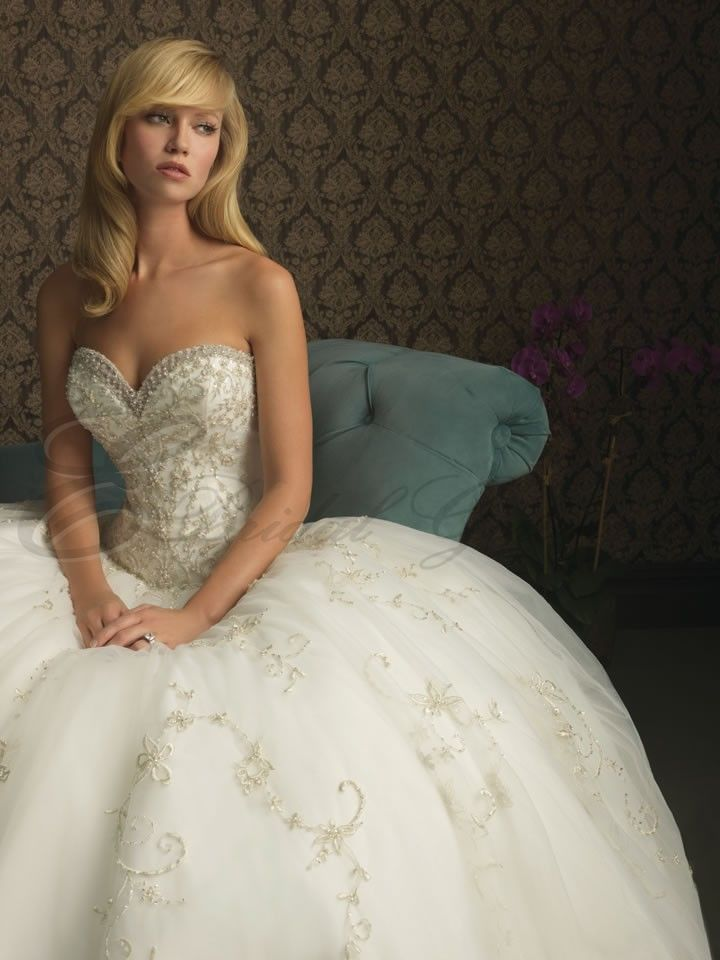 Sweetheart neckline wedding dresses fitted bodice for Fitted ball gown wedding dress