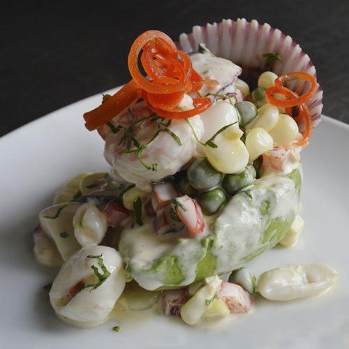 Palta rellena de mariscos: Una de las entradas más solicitadas, consiste en rellenar la palta con langostinos, pulpo, calamar, una concha de abanico y un mix de vegetales cubiertos en una mayonesa aderezada con el toque de Rosita.