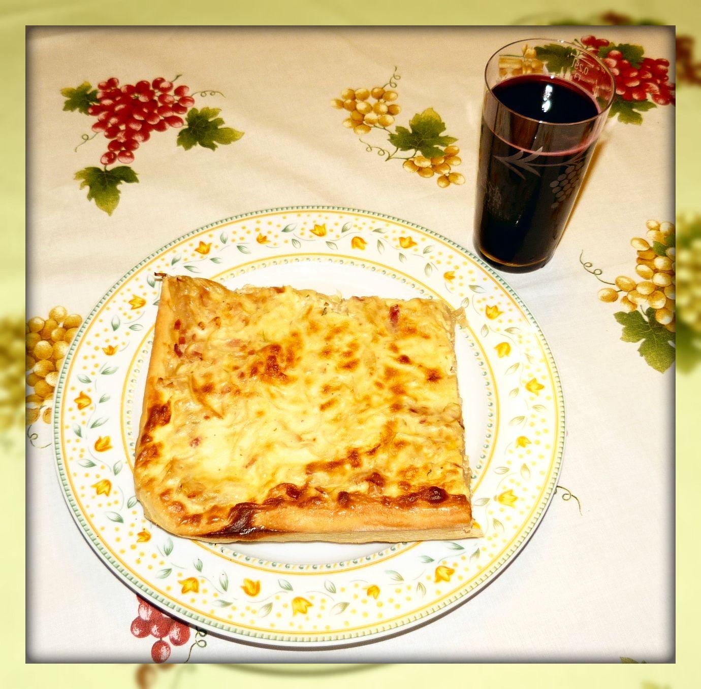 """Es ist wieder so weit, es gibt Zwiebelkuchen und neuer Wein aus Auggen (im Dialekt """"Ziibelewaie un neue Auggener Wii"""")."""
