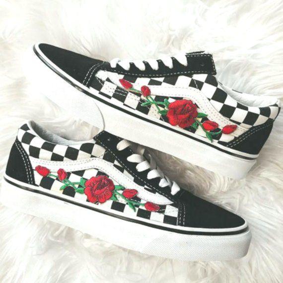vans avec des roses rouge