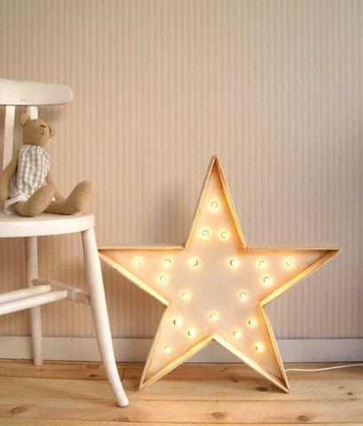 El sofa amarillo .  Estrellas con luz