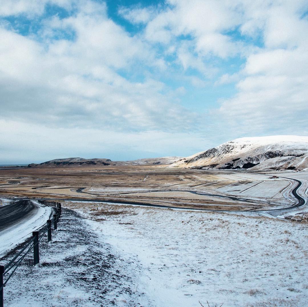 Die Ringstraße bei Vik.  Uns haben viele schöne Kontraste und Farben begrüßt da stört es auch nicht wenn man den ganzen Tag im Auto sitzt.  Ich bin bewusst im März nach Island geflogen. Die Temperaturen liegen zwischen 0-5 Grad es ist zum Teil schon Grün aber es liegt auch noch viel Schnee. Außerdem ist der März der letzte Monat in dem man noch Nordlichter beobachten kann.  #iceland #vik #mystopover #99igers #99instagramers #landscape @marn_bo by 99igers