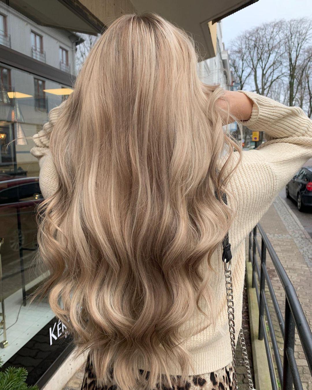 "Hair by Angels on Instagram: ""Från att vara helblekt till detta🤍 #hairbyangelsmadde #lowlights #blondehair #brownhair #balayage #lorealpro #lorealprofessionnel…"""