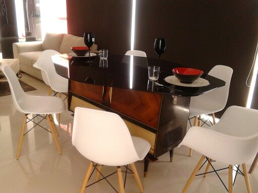 Comedor creado a partir de una pieza antigua, combinado con muebles modernos de acentuado estilo retro