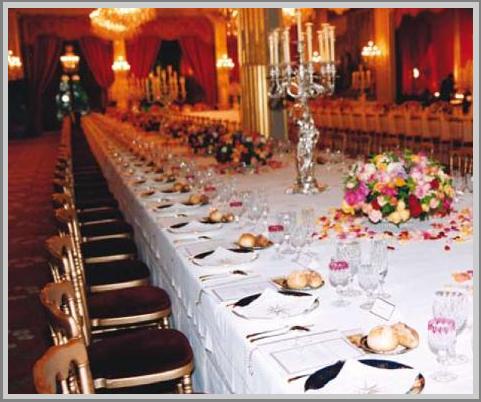Table de d ner d 39 etat dress e dans la salle des f tes du for Table salle a diner