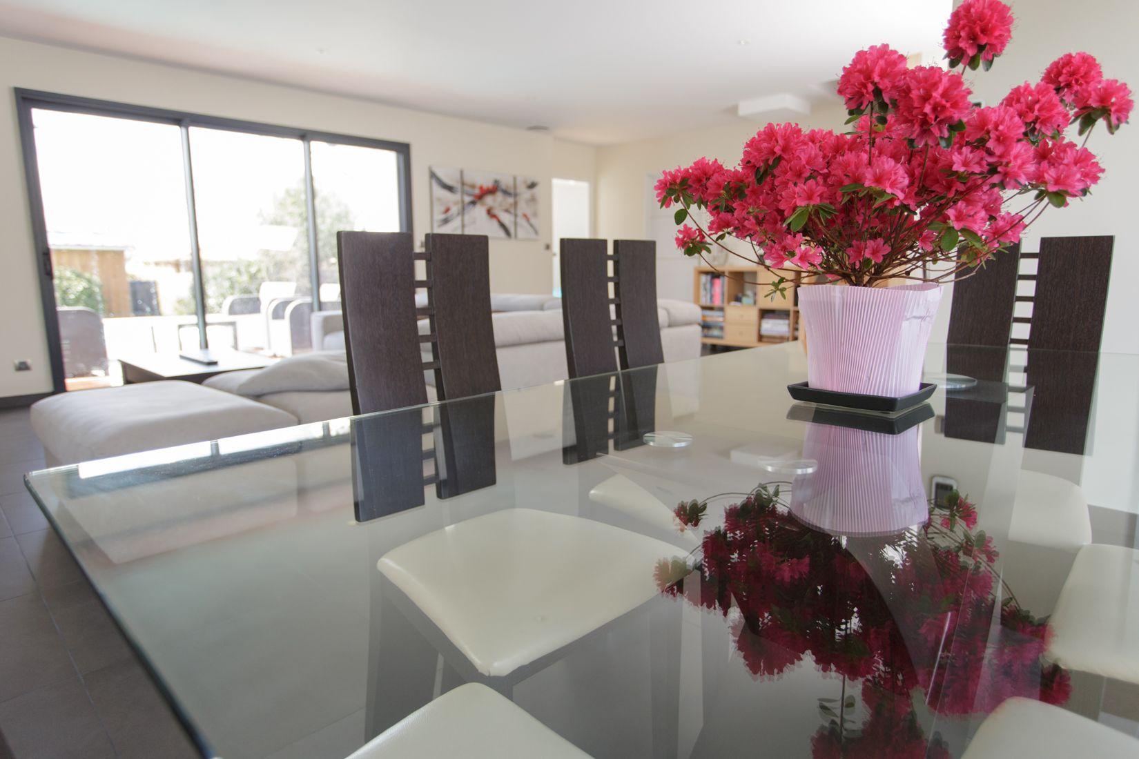 Cette belle maison contemporaine en bois de 158 m2 habitables, construite à Mazères, en Gironde ...