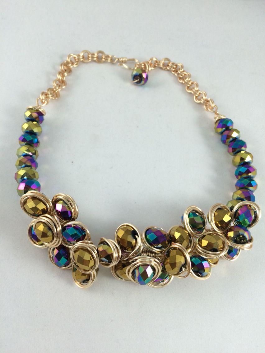 15f7f0c779e8 Collar de alambre y cristales tornasol. Materiales Farfalla
