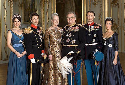 La familia Real Danesa.  La princesa Mary, el príncipe Federico, la reina Margarita II, el príncipe Henrick, el príncipe Joaquín y la princesa Marie de Dinamarca.