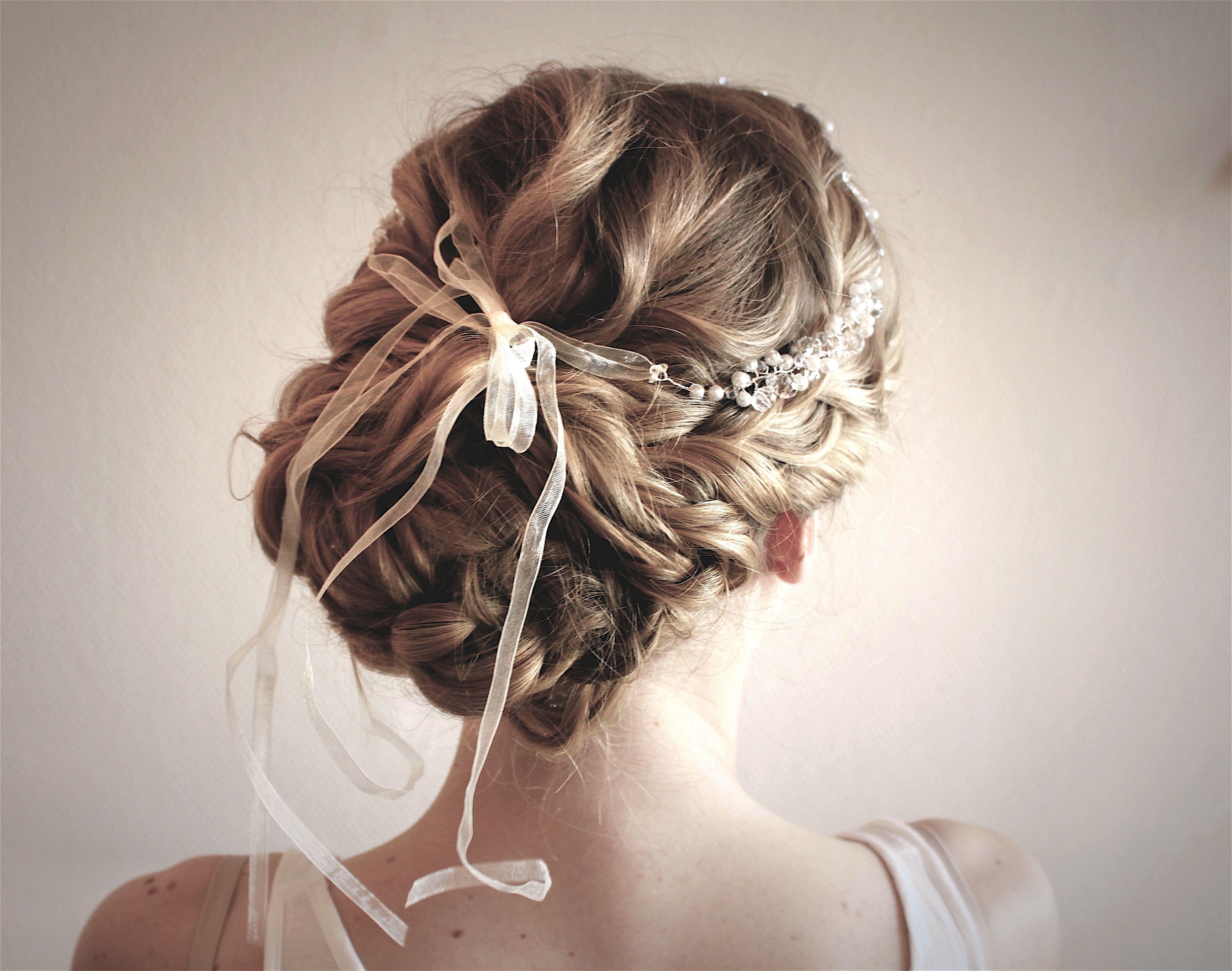 Updo hairstyle weddinghair Brautfrisur mit Haarschmuck im Haar