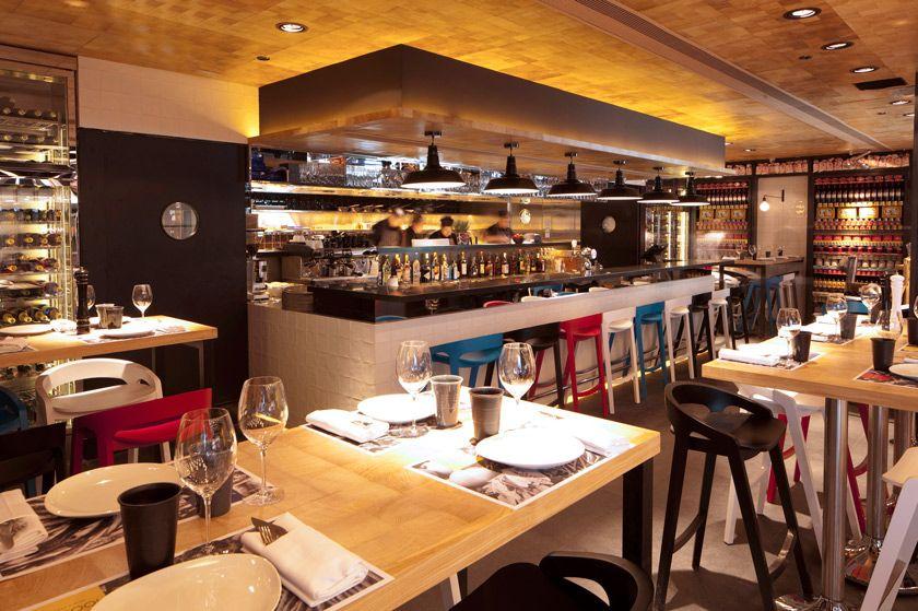 Bar con cocina a la vista detras barra con alicatado en - Estanterias para cocina ...
