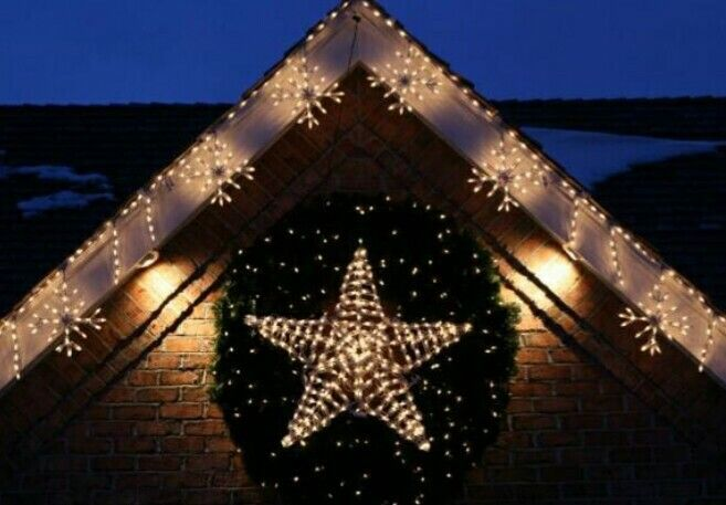 Snowflake roofline with lighted wreaths A Glamorous Christmas