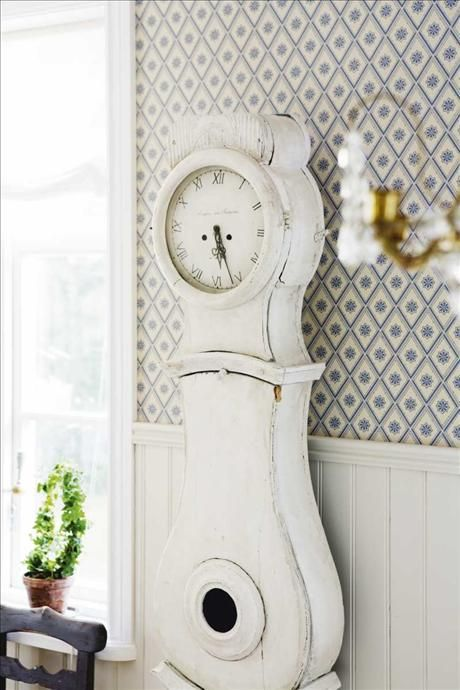 White mora clock in a room with wainscoting and vintage for Arredamento nordico on line