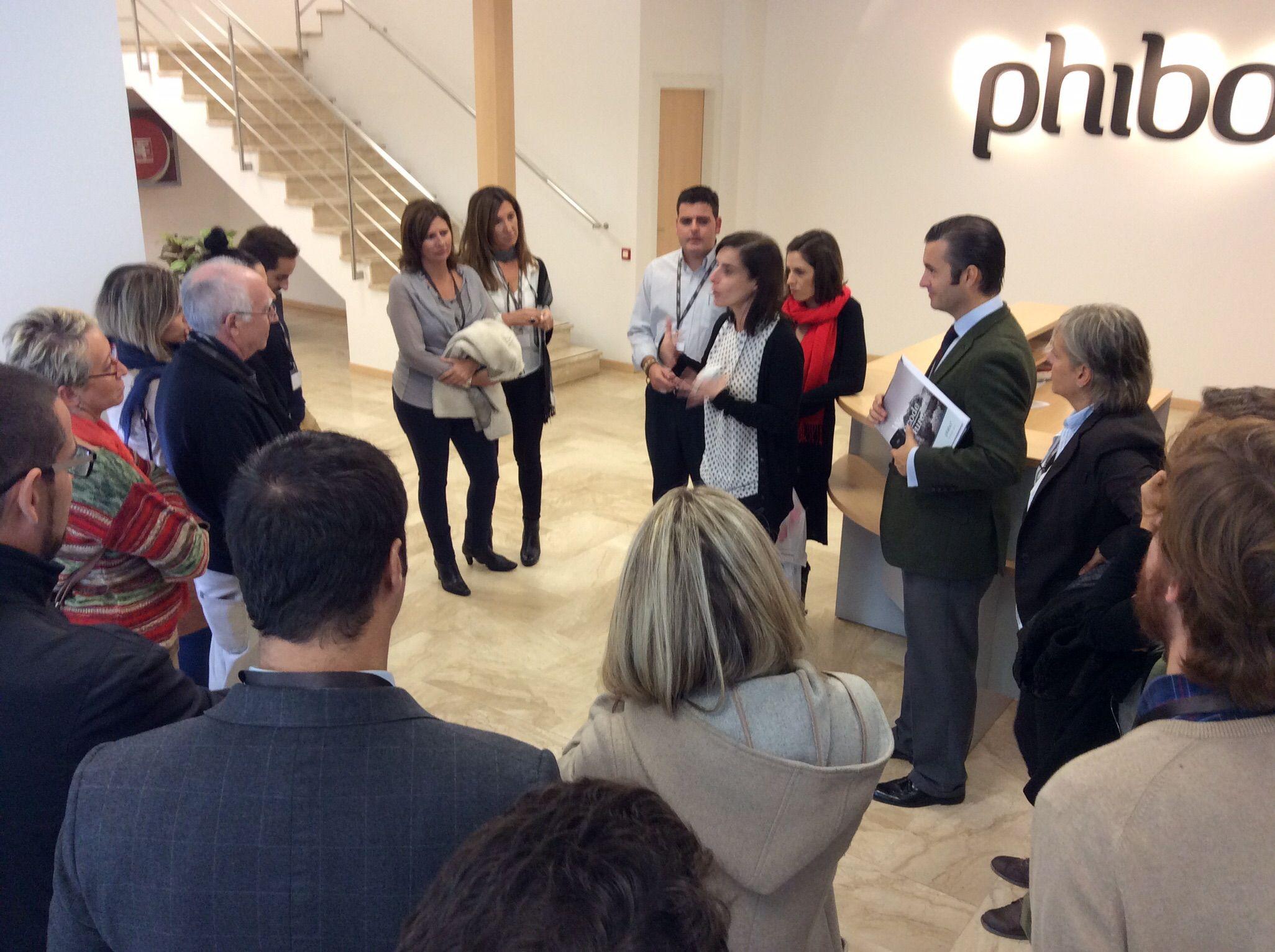 En la entrada de la fábrica de implantes Phybo antes de visitar las instalaciones.
