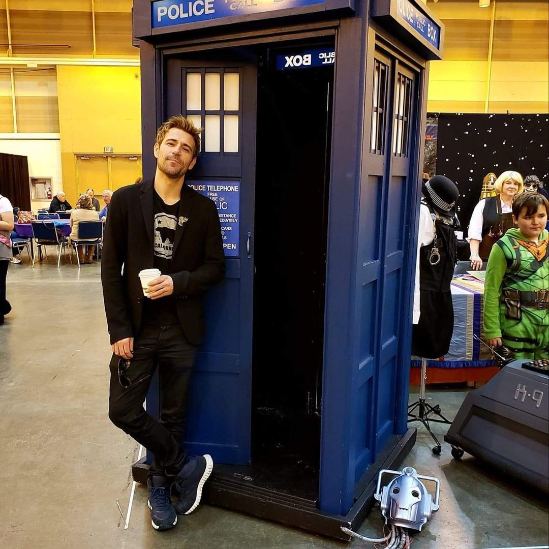 Matt Ryan With The Tardis Wizard World Nola 2020 In 2020 Matt Ryan Doctor Who John Constantine