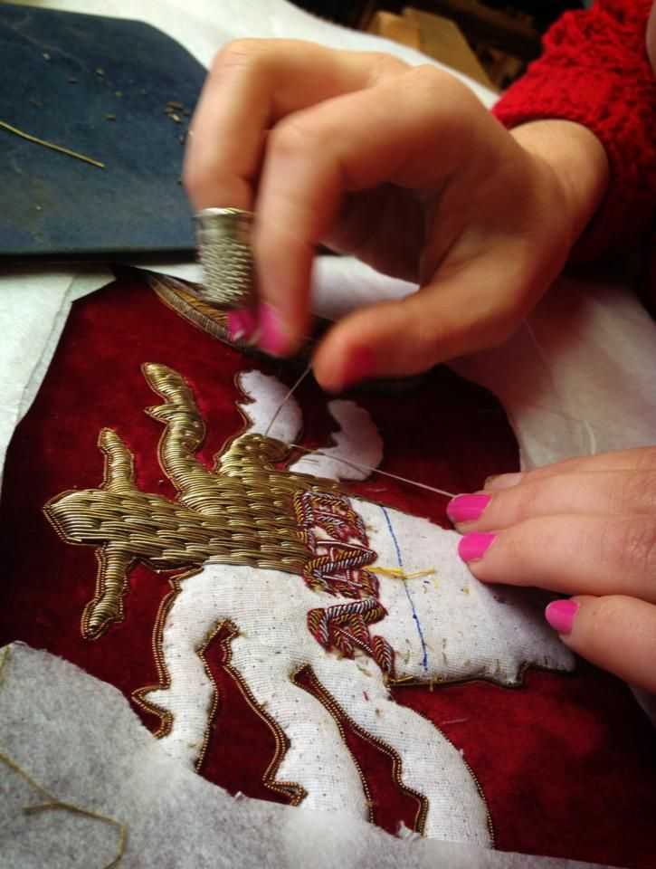 Hand & Lock - classic goldwork piece in progress broderie d'or avec bourrage