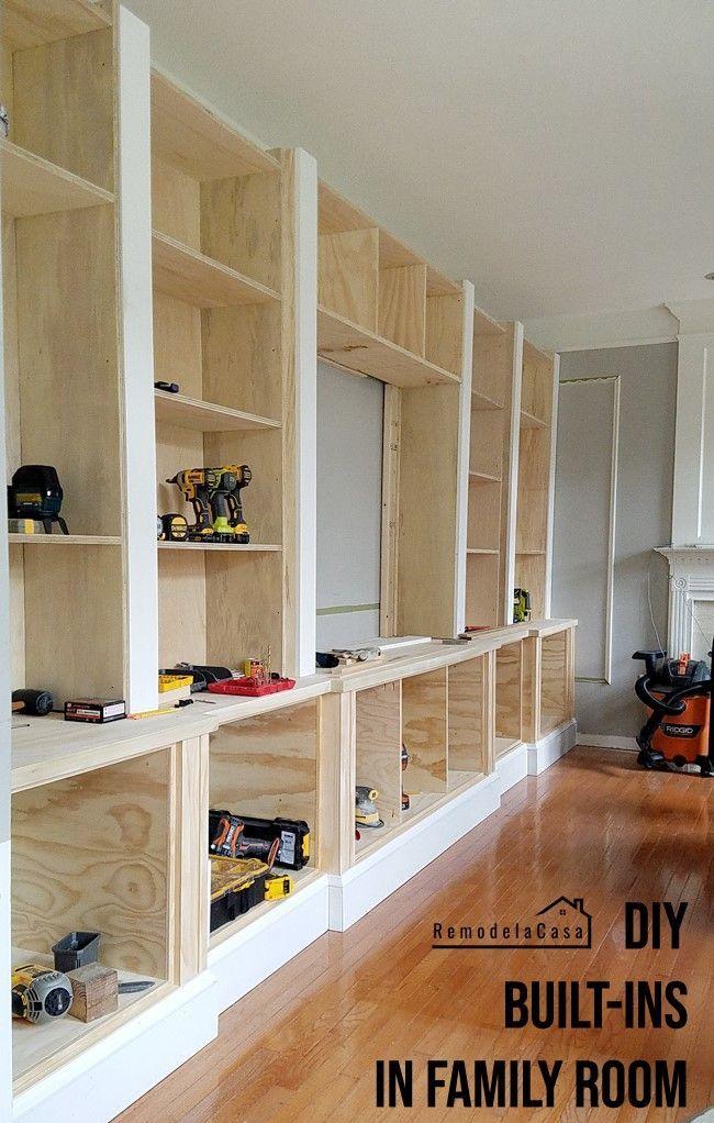 10 Diy Organization Projects For A Family Room Simphome 5 Built In Shelves Via Simphome Com Ne Bucherregale Bauen Familienzimmer Eingebautes Bucherregal
