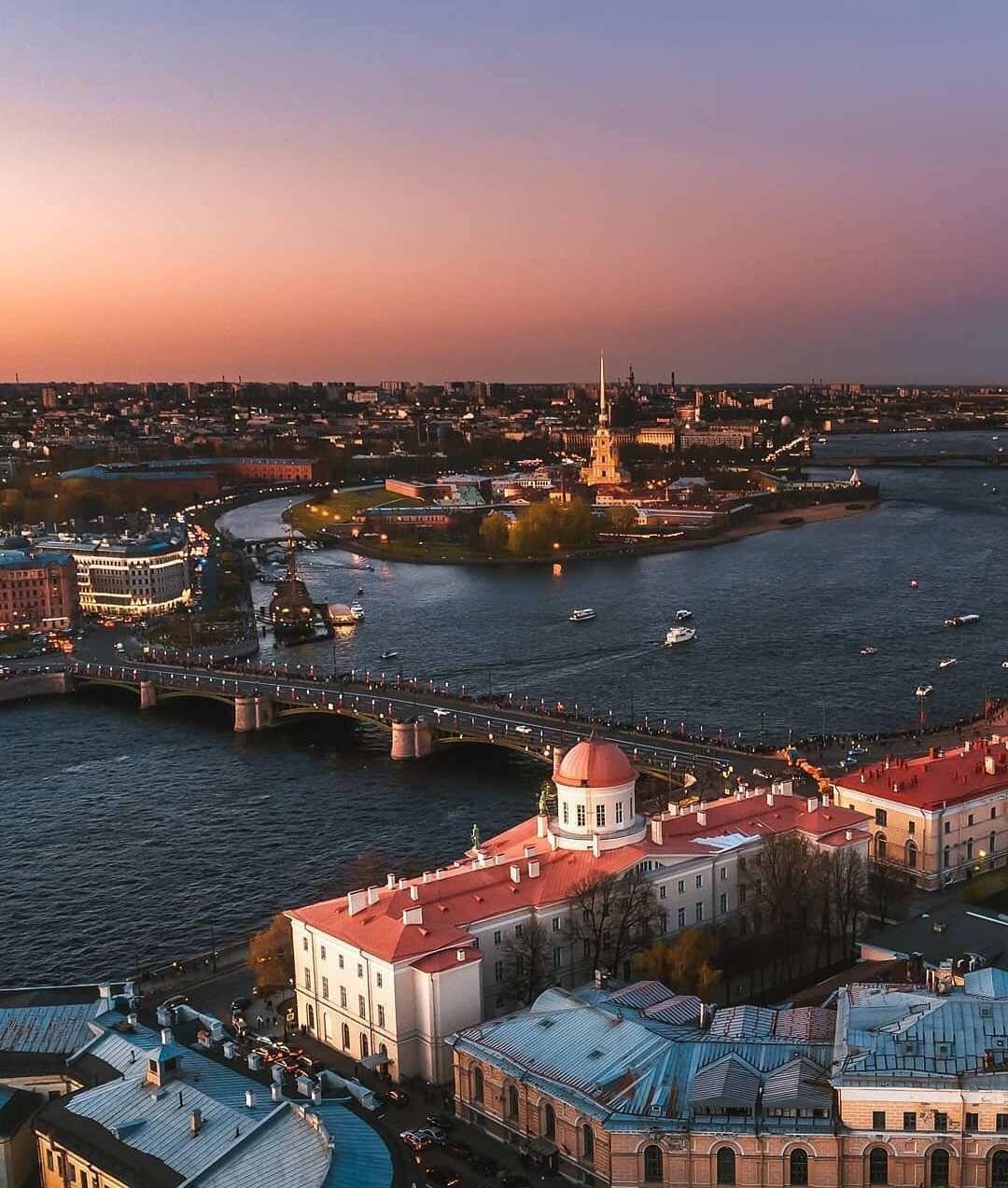 Красота вечернего Петербурга с высоты. Автор фот ...