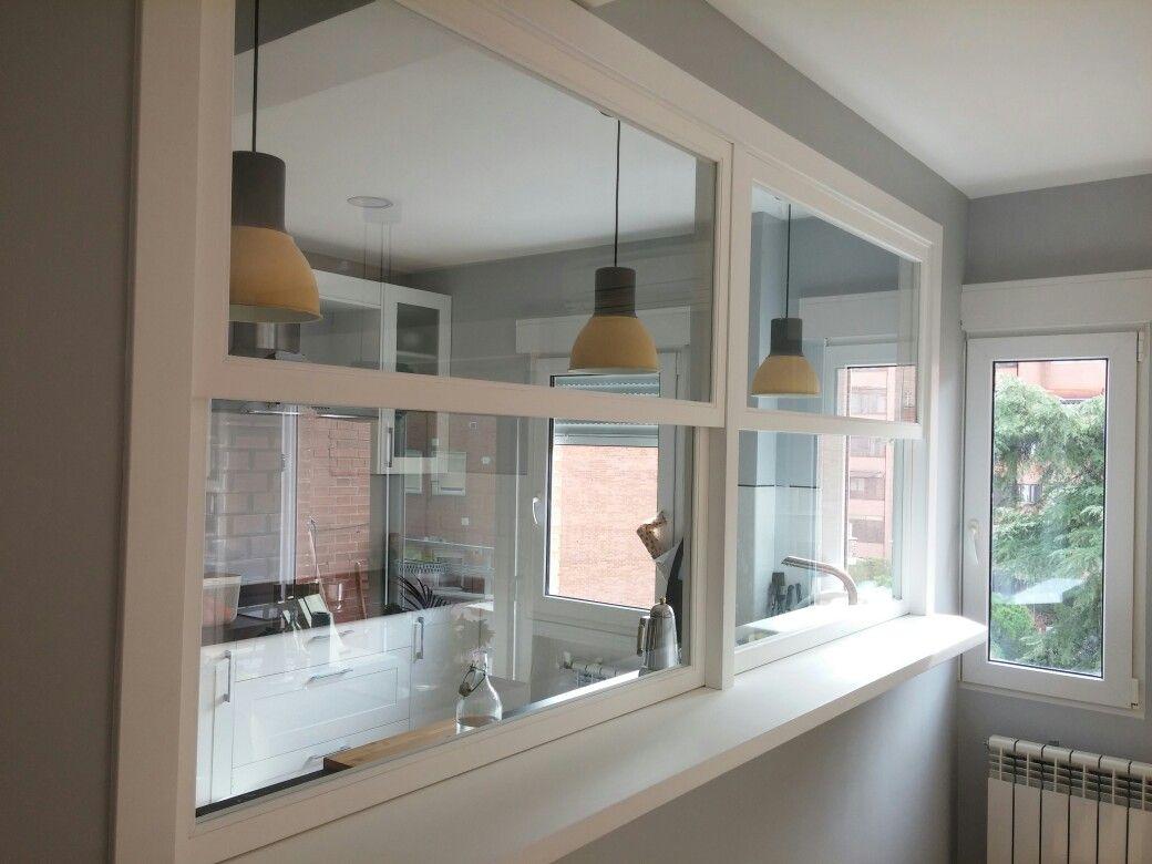 Ventana de guillotina con pasaplatos casa pinterest for Separacion cocina salon