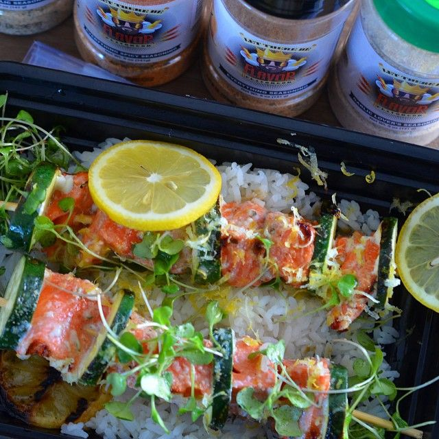 """Salmon Skewers ( meal prep Ingredients: 2 - (6oz-8oz) salmon fillets @sizzlefishfit 1 cup - sliced zucchini  1 - lemon ( juiced and zest  MARINADE:…"""