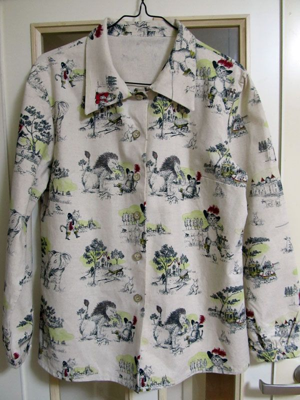 シャルル・ペローの童話「長靴をはいた猫」がプリントされた布でシャツブラウスを作りました。