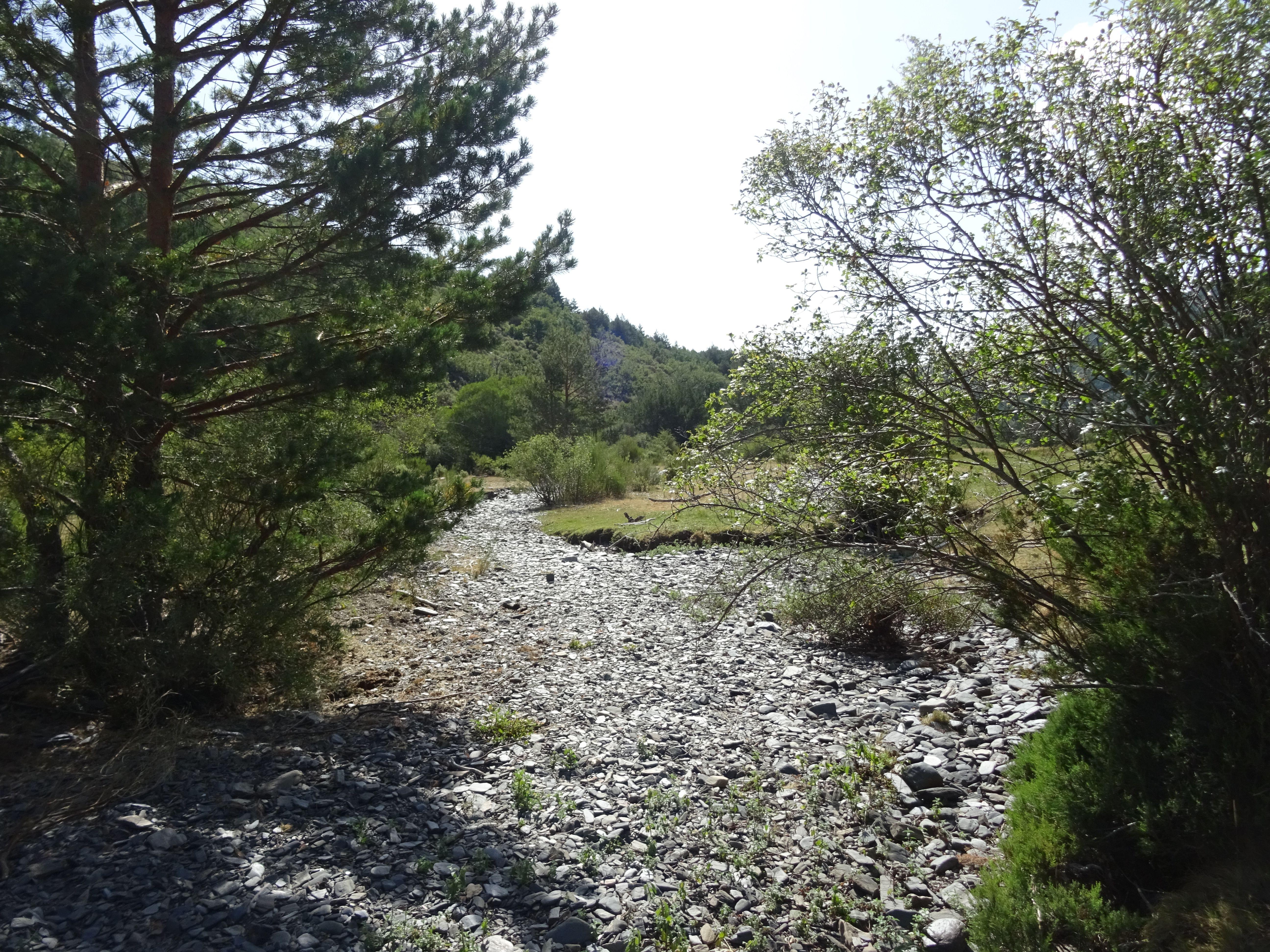 Vemos un camino de pizarra pero debajo transcurre un río, si lo seguimos veremos zonas con pozas llenas de agua.