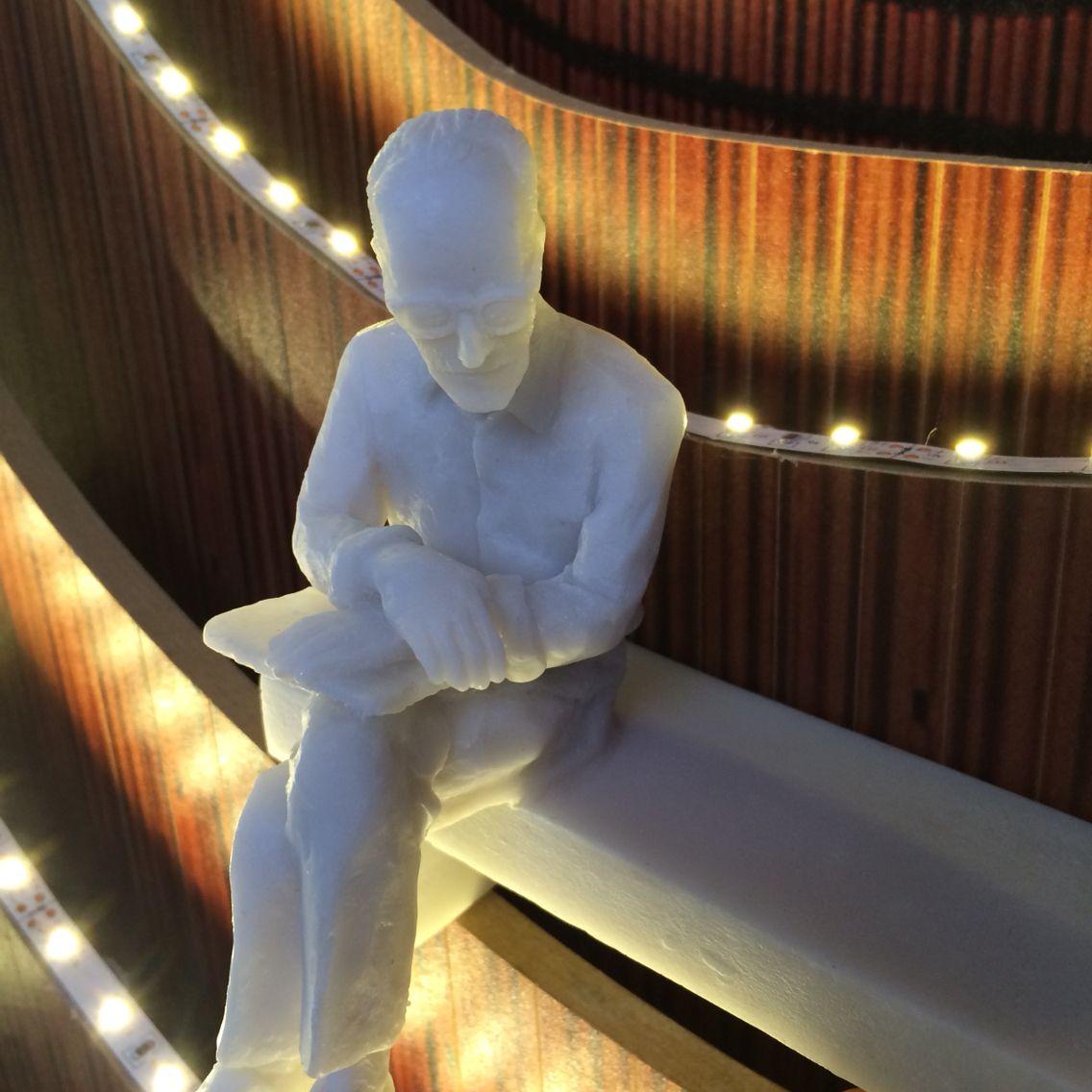 Mini escultura de Carlos Drummond do artista Leo Santana.