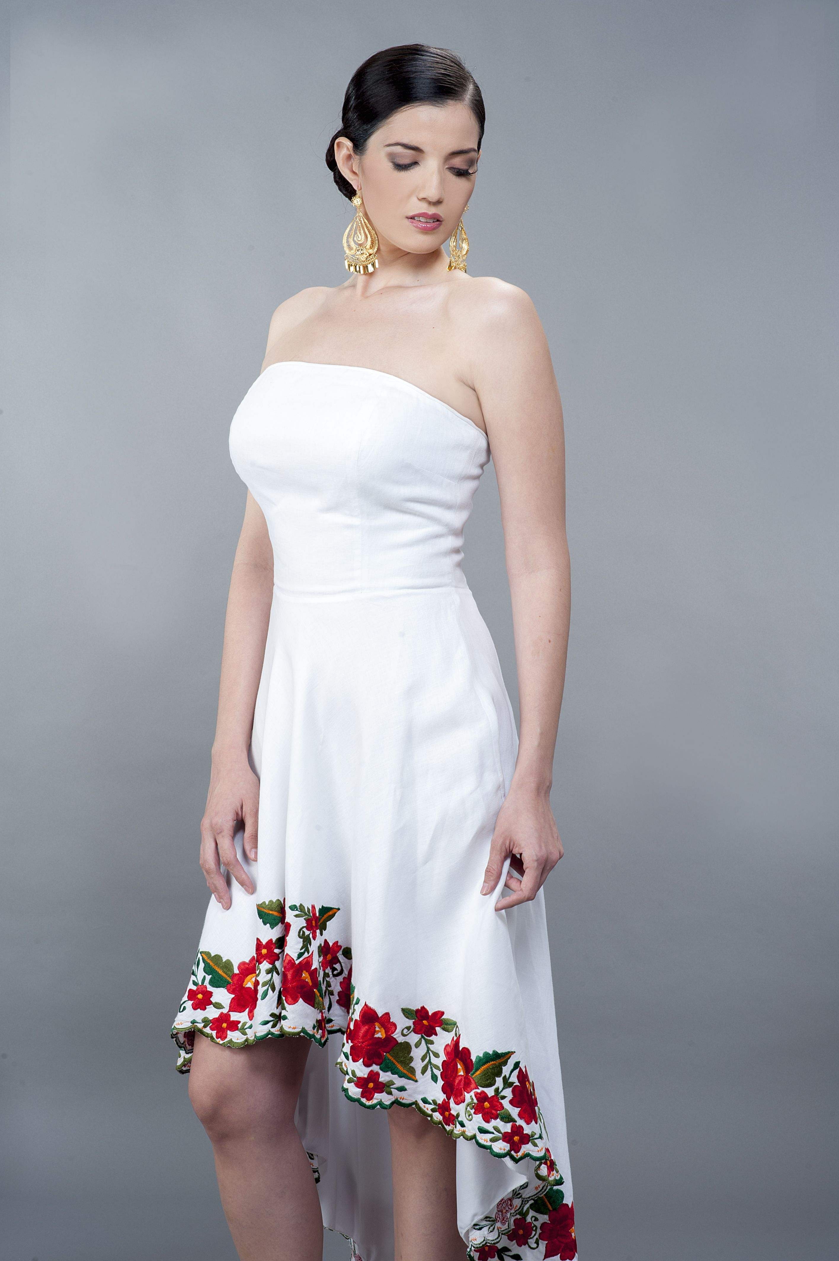 Hermoso Vestido De Lino Blanco Con Bordados En La Parte