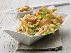 Nicht nur für Vegetarier eine echte Gaumenfreude: Gebratene Nudeln mit Gemüse und Tofu - smarter - Kalorien: 488 Kcal - Zeit: 35 Min. | eatsmarter.de