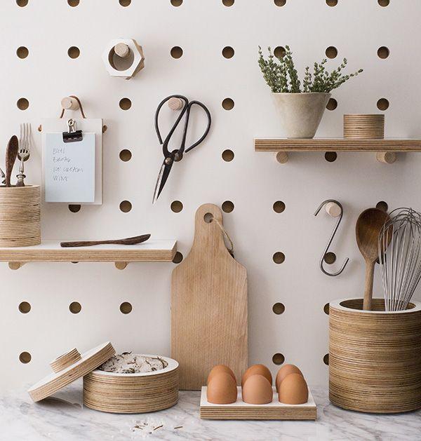 parede placa de madeira com furinhos