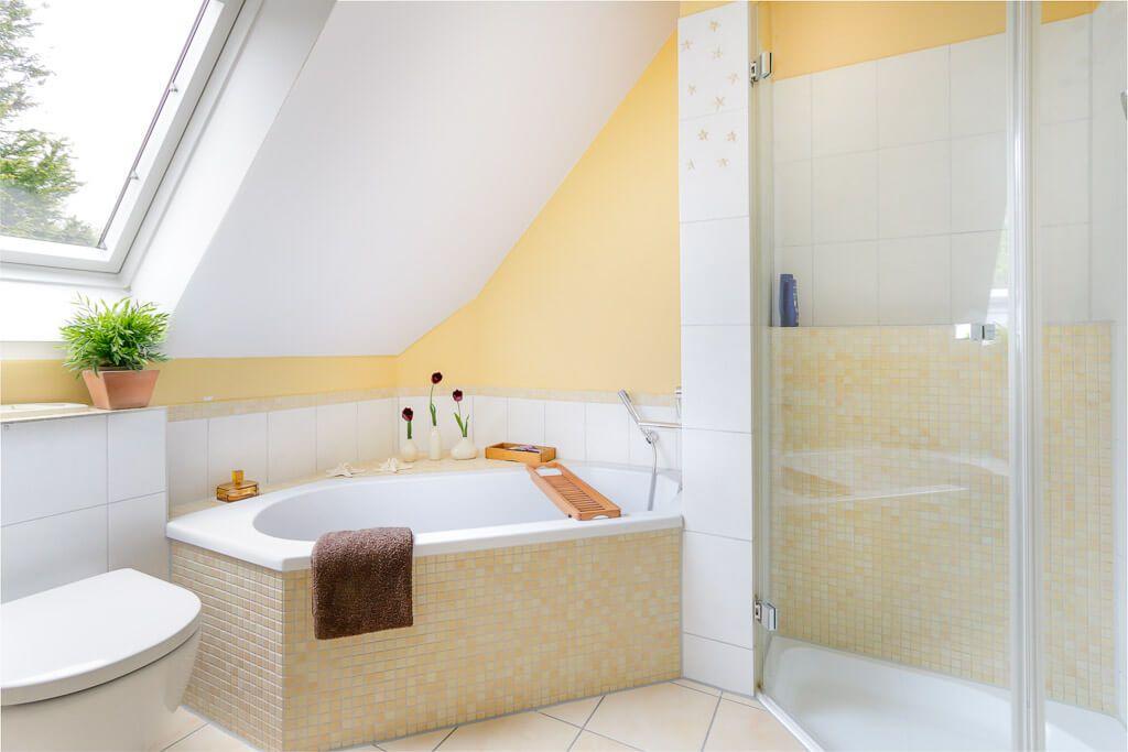 Eckbadewanne Unter Dachschräge Mit Mosaik Fliesen Verkleidet   Badezimmer  Ideen Interior Design ECO Haus Giebelhaus Hamburg