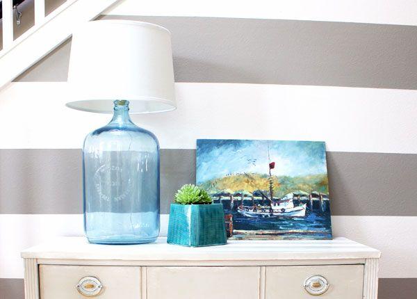 Guía paso a paso para hacer una lámpara con una botella. Es un DIY muy fácil que quedará precioso para decorar tu casa. ¡No te lo pierdas!