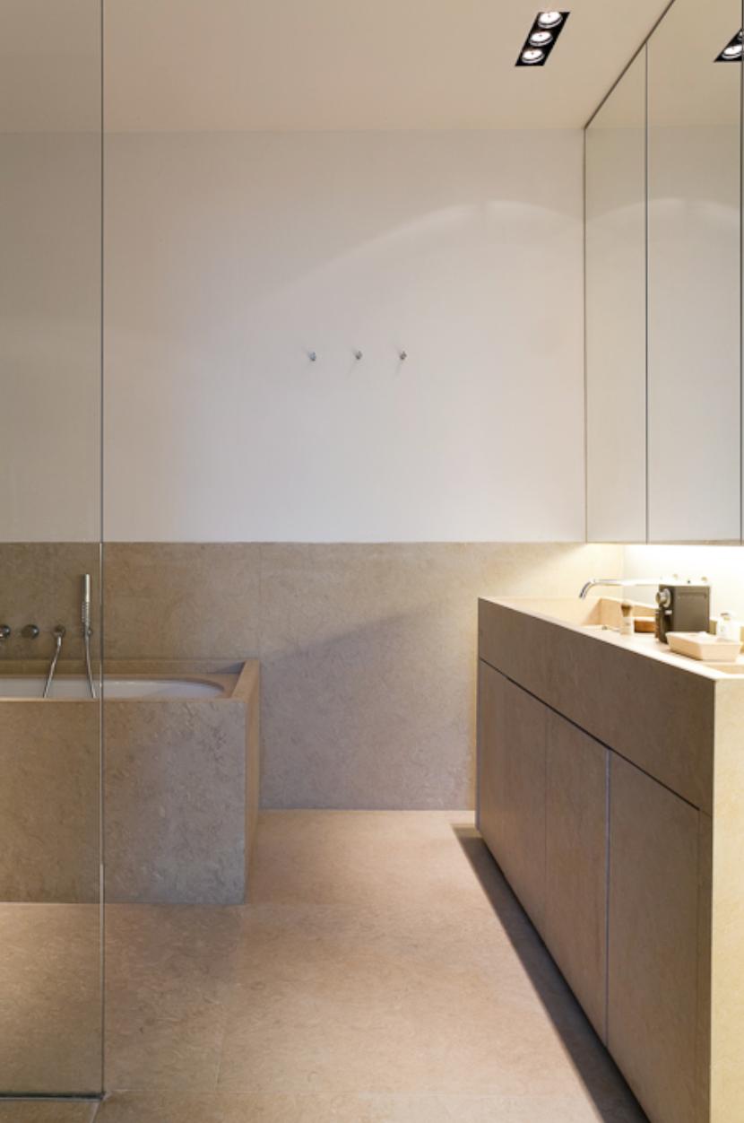 1,1m. hoge natuurstenen plint in de badkamer. Mooi en functioneel ...