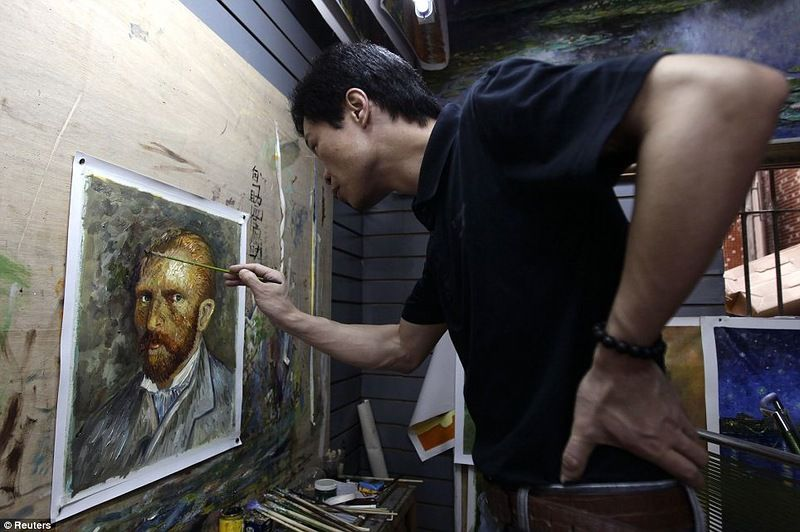В Дафене, пригороде прибрежного города Шэньчжэнь, который расположен в юго-восточной провинции Гуандун, тысячи художников трудятся день и ночь, воспроизводя копии известных картин для массового рынка.