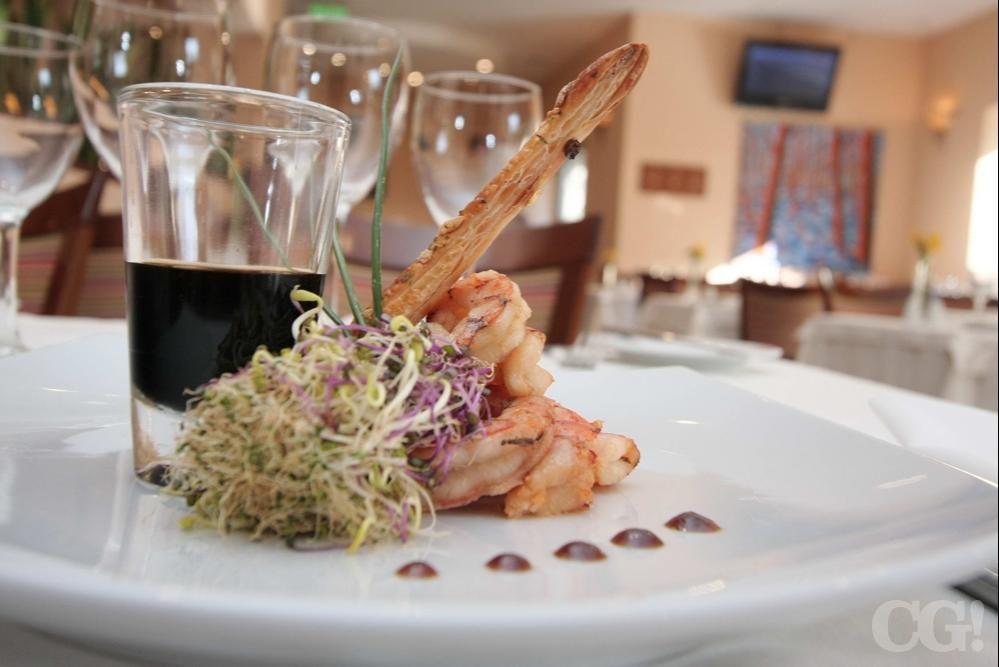 Langostinos grill sobre risotto cremoso de hongos y colchón de finas hebras de queso sardo y brotes | Bistró del Poeta - Holiday Inn | Córdoba, Argentina