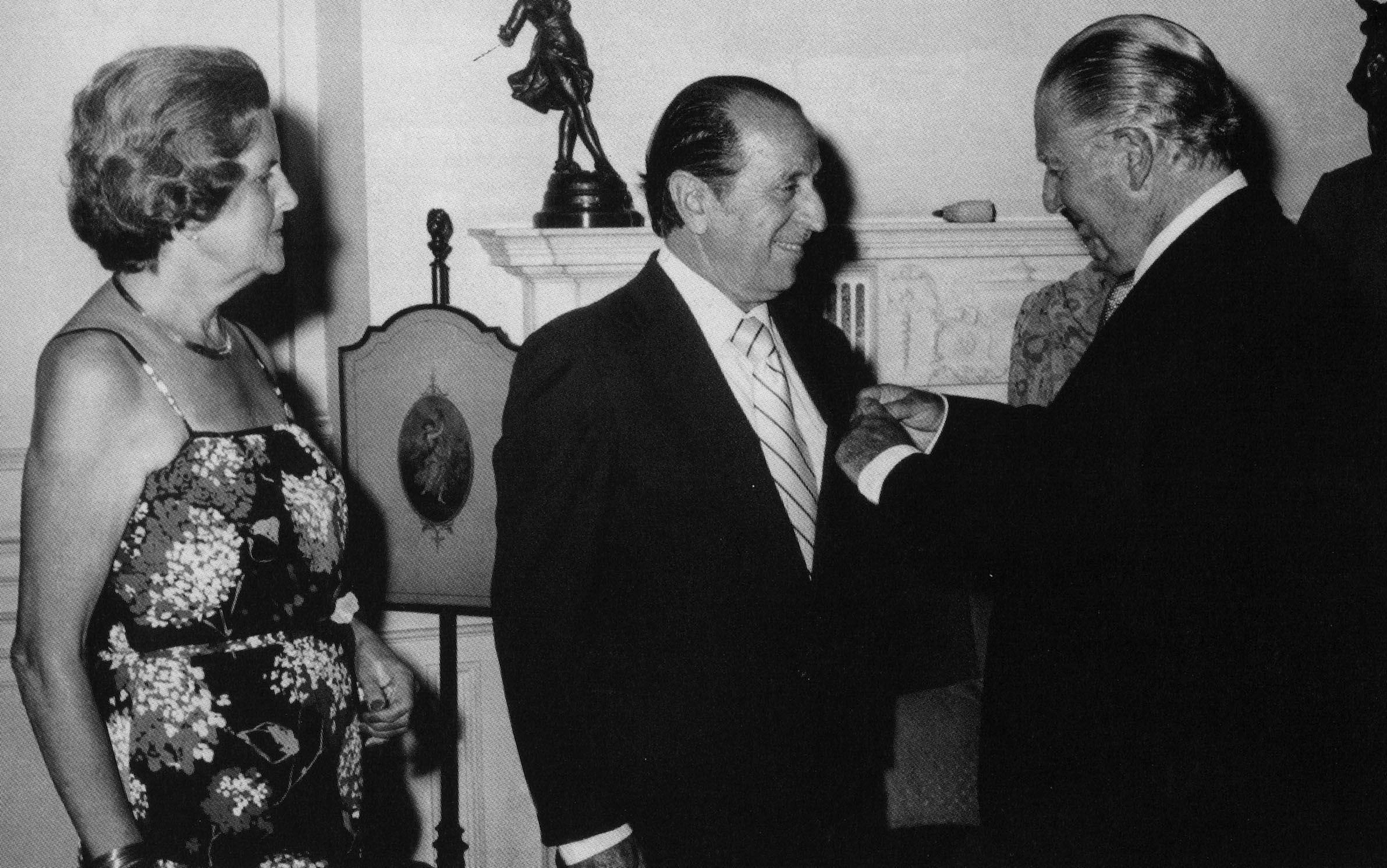 Alejandro Miró Quesada Garland es condecorado por el presidente Fernando Belaunde Terry. Crédito: Archivo El Comercio