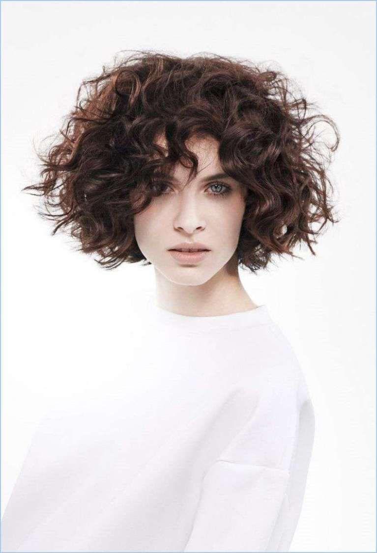 Immagini di tagli di capelli corti ricci