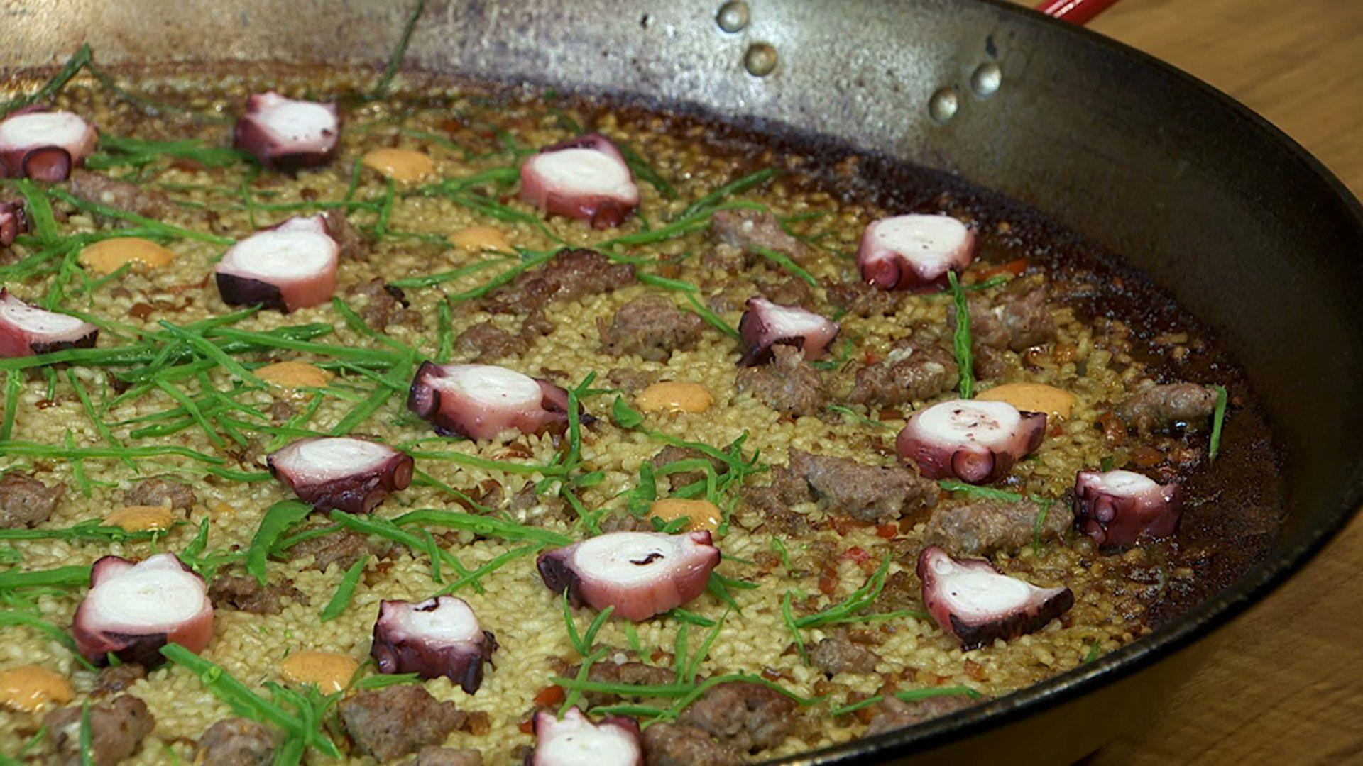 Los Hermanos Torres Cocinan Paella De Pulpo Y Butifarra Consulta Aquí Cómo Hacer Esta Receta Paso A Paso Torres En La Cocina Paella Butifarra
