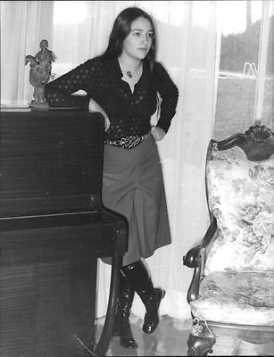 Vintage photo of olivia hussey posing beside piano. - Size of photo 8,3 x 10,8 inchesolivia hussey is an argentinian actress who became famous for her role as juliet in franco zeffirelli's academy award-winning 1968 film version of romeo and juliet, winning a golden globe and also the david di donatello award for best actress. She is also well known for her role as mary, the mother of jesus in the 1977 tv production of jesus of nazareth. She has starred in films such as black christmas (1...