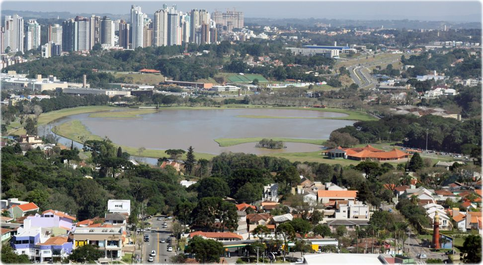Parque Barigui en Curitiba. Ciclovías, parrilleras, espacio para aeromodelismo, restaurantes, canchas, Museo del Automóvil, Centro de Convenciones y Estación de Tren de Vapor.